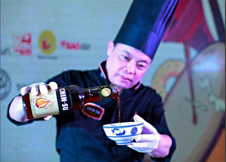 Đầu bếp sử dụng nước mắm Chinsu để nấu ăn