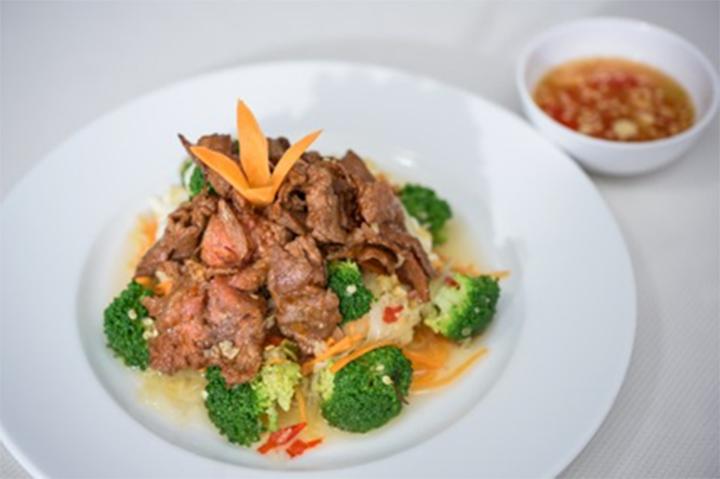 Chế biến nước mắm tỏi ớt mang phong cách ẩm thực Việt Nam
